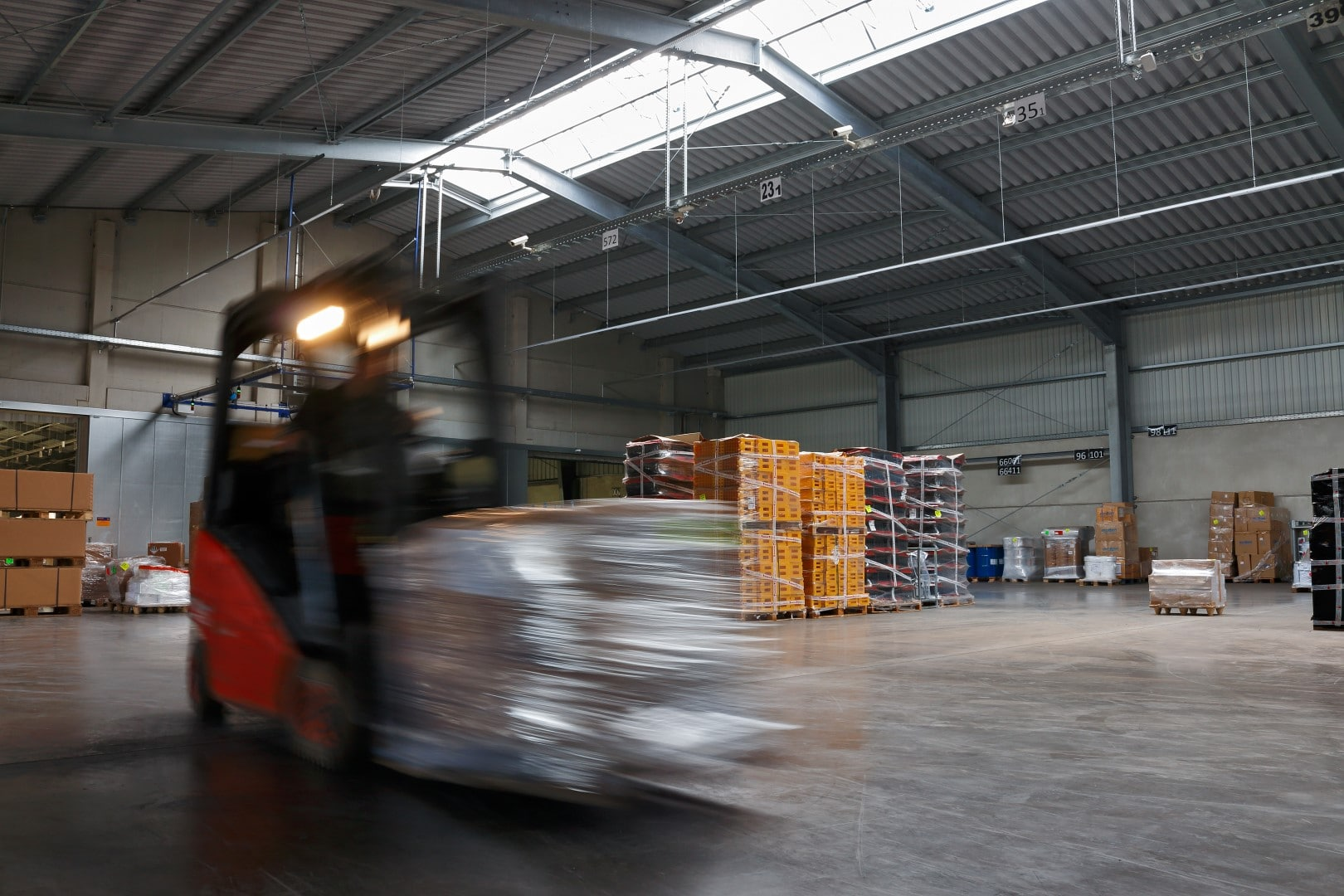 Bild: Innenansicht. Warenumschlag von Stückgut in der VTL-Halle